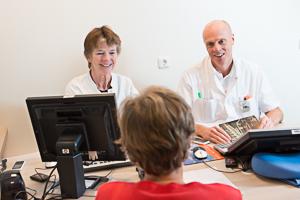 Patiënt in gesprek met 2 zorgverleners van urologie en gynaecologie