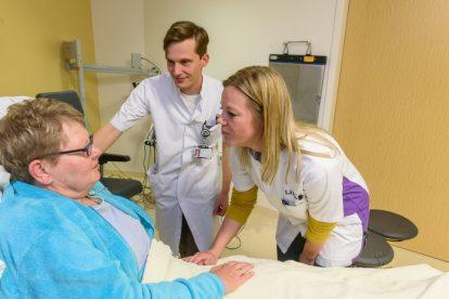 Patiënt, seh arts Victor Jansen en wijkverpleegkundige Livio