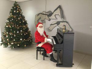 Kerstman speelt op piano