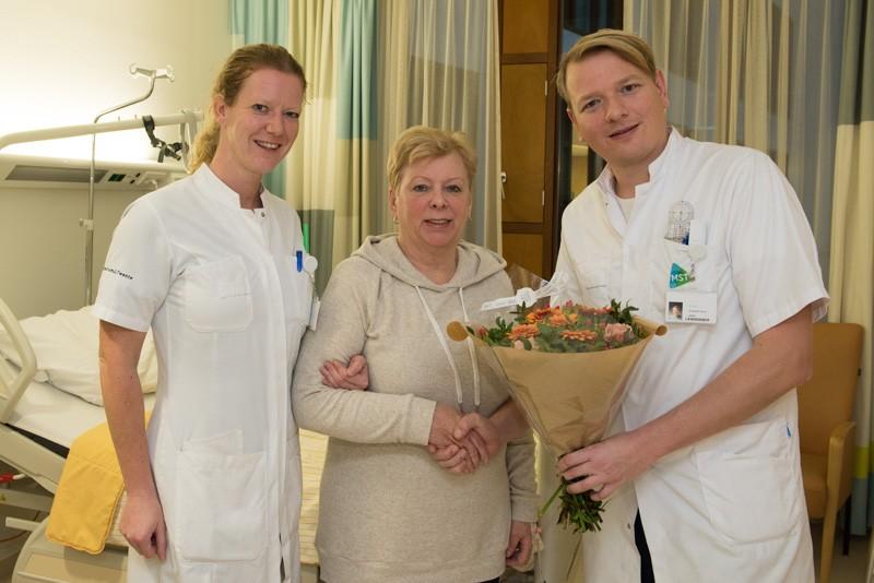 den Hartog en Verra met patiënt met totale heupprothese via voorste benadering