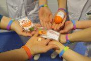 Speciaal polsbandje tijdens Wereld Kinderkanker Dag