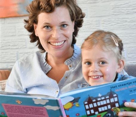 Janne en haar dochter lezen Mama Nijlie is ziek